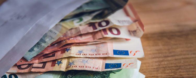 dinero-sobre-euros-2
